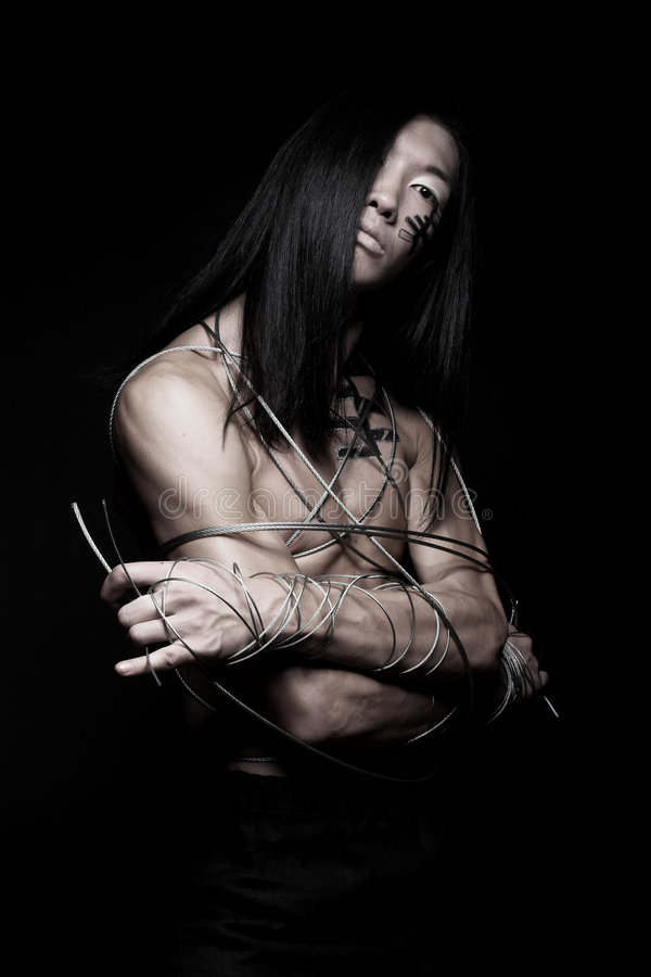 Hombre con el alambre de acero imagenes de archivo