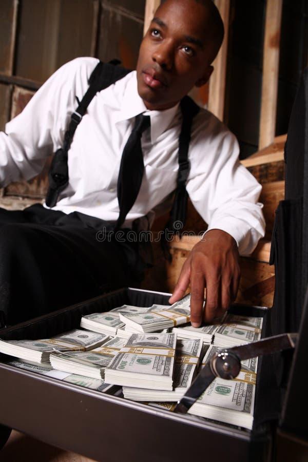 Hombre con el arma y el efectivo fotos de archivo libres de regalías
