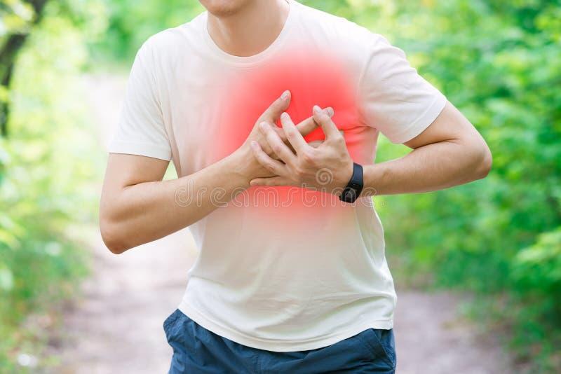 Hombre con el ataque del corazón, lesión mientras que corre, trauma durante entrenamiento imágenes de archivo libres de regalías