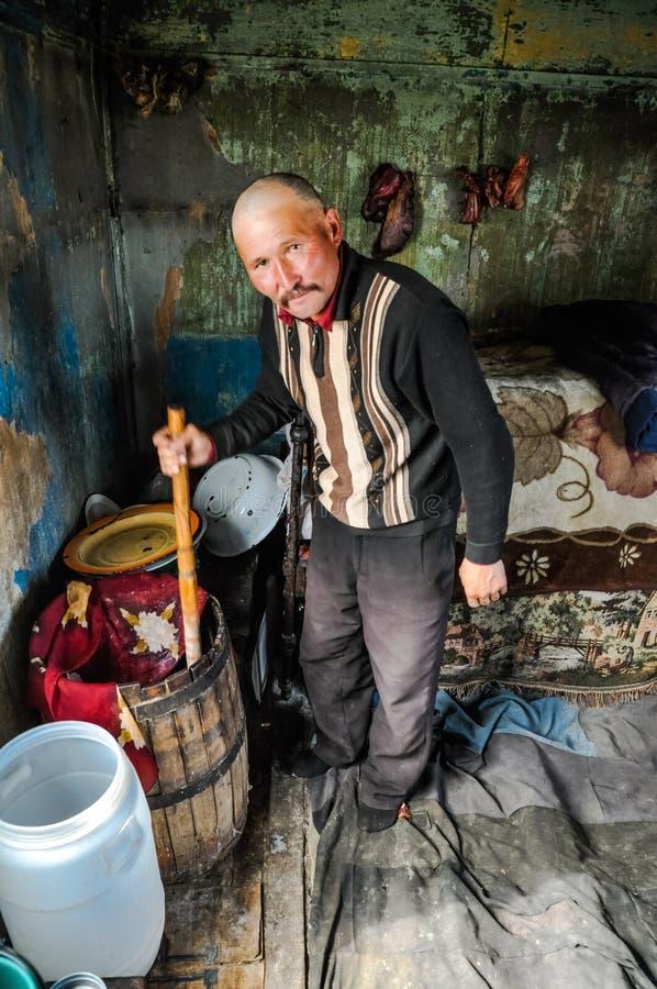 Hombre con el barril en Kirguistán fotografía de archivo libre de regalías