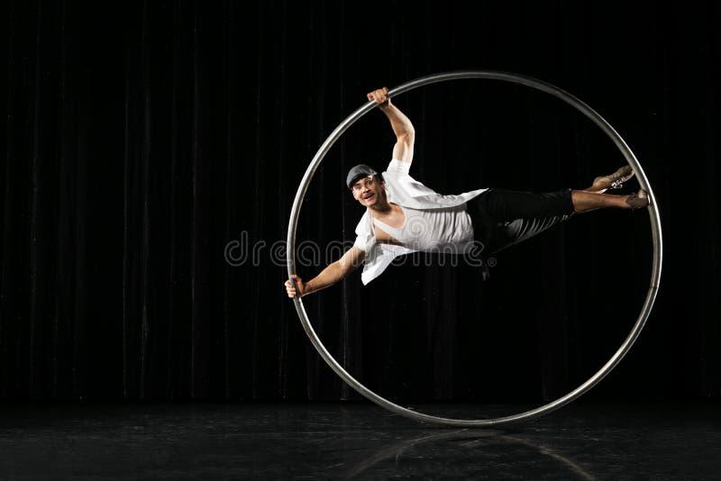Hombre con el círculo en el fondo negro fotos de archivo libres de regalías