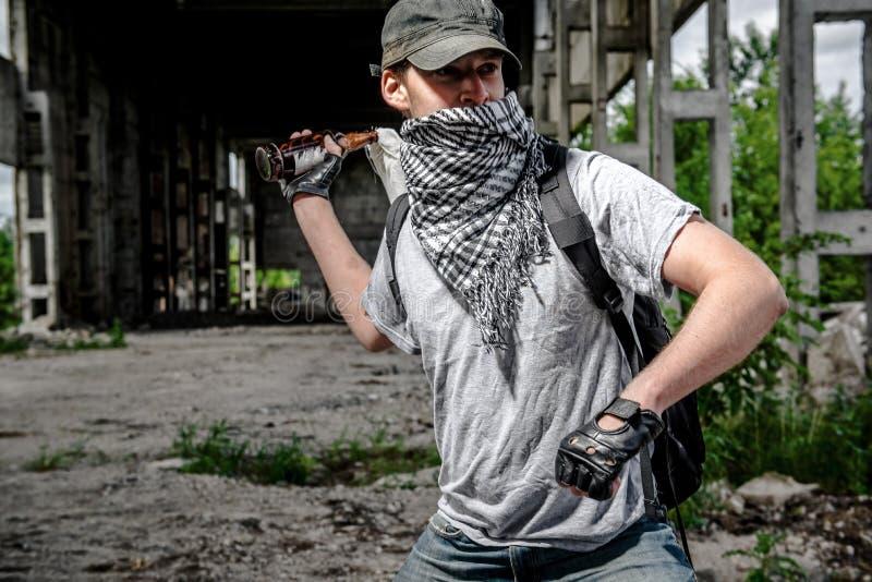 Hombre con el cóctel molotov fotos de archivo