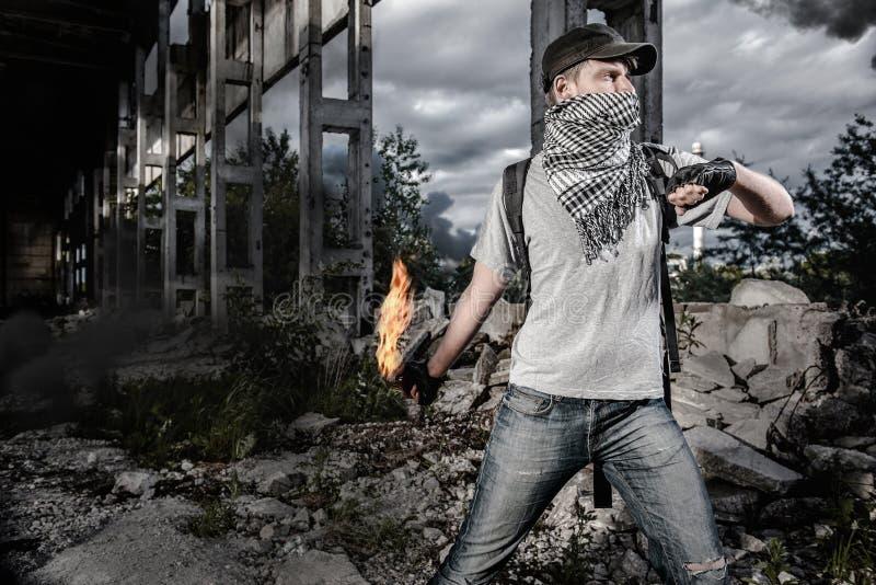 Hombre con el cóctel molotov imágenes de archivo libres de regalías