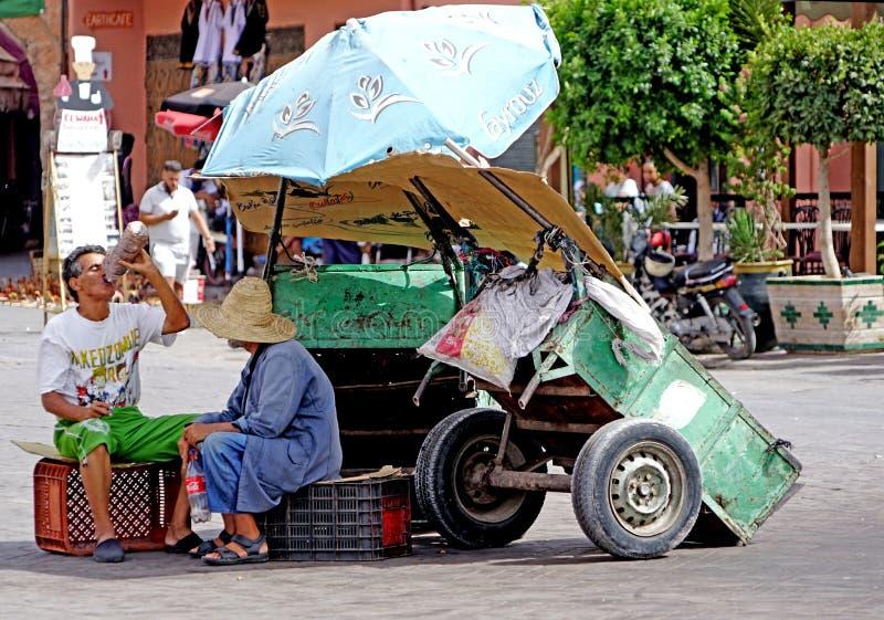 Hombre con el carro en el cuadrado del EL-Fna de Jamaâna en Marrakesh foto de archivo libre de regalías