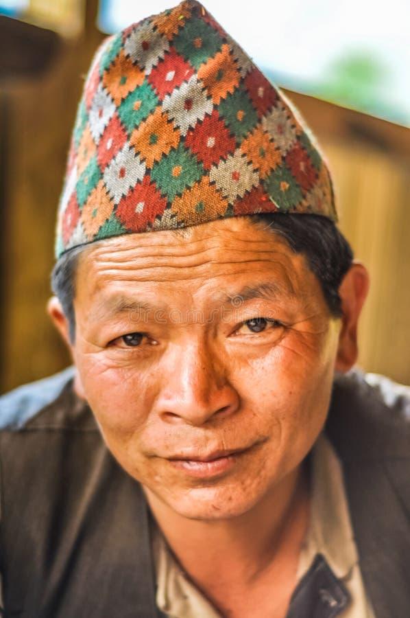 Hombre con el casquillo en Nepal fotografía de archivo