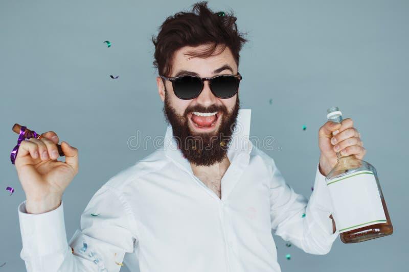 Hombre con el cigarro que va de fiesta en estudio imagen de archivo libre de regalías
