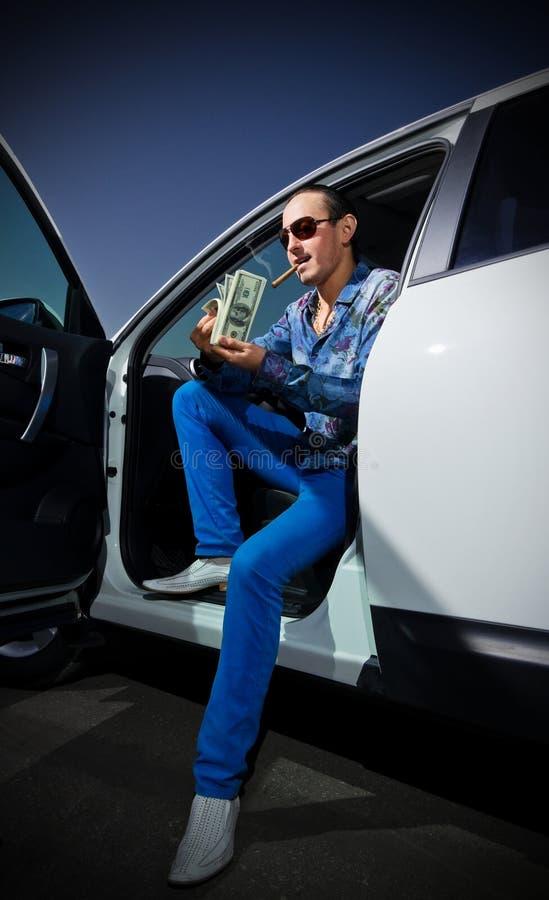 Hombre con el cigarro y los dólares foto de archivo libre de regalías