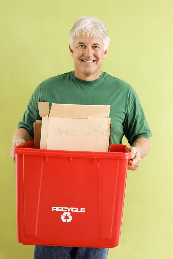 Hombre con el compartimiento de reciclaje. fotografía de archivo