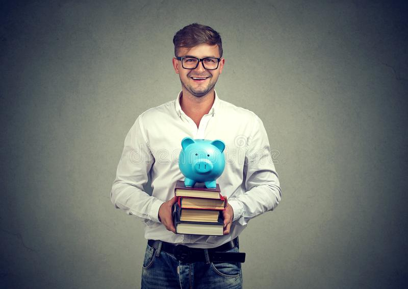 Hombre con el dinero para la educación fotografía de archivo libre de regalías