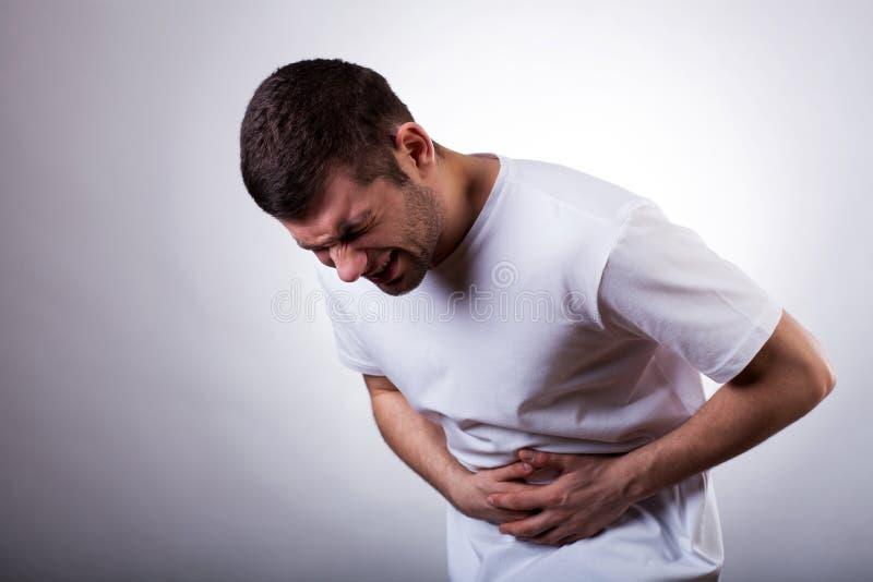 Hombre con el dolor de estómago imagenes de archivo