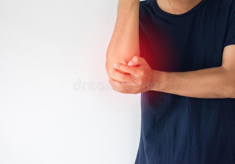 Hombre con el dolor en el codo, mano masculina que toca sus codos dolorosos imagen de archivo libre de regalías