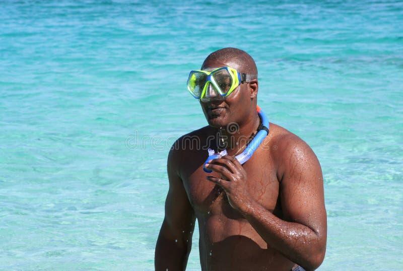 Hombre con el engranaje del tubo respirador fotos de archivo libres de regalías
