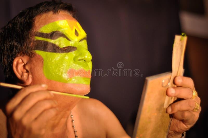 Hombre con el espejo en Kerala foto de archivo