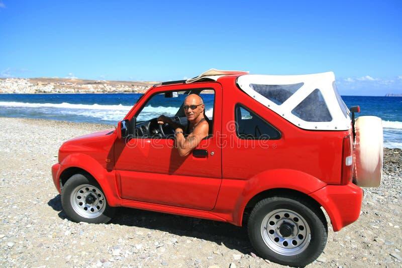 Hombre con el jeep rojo foto de archivo libre de regalías