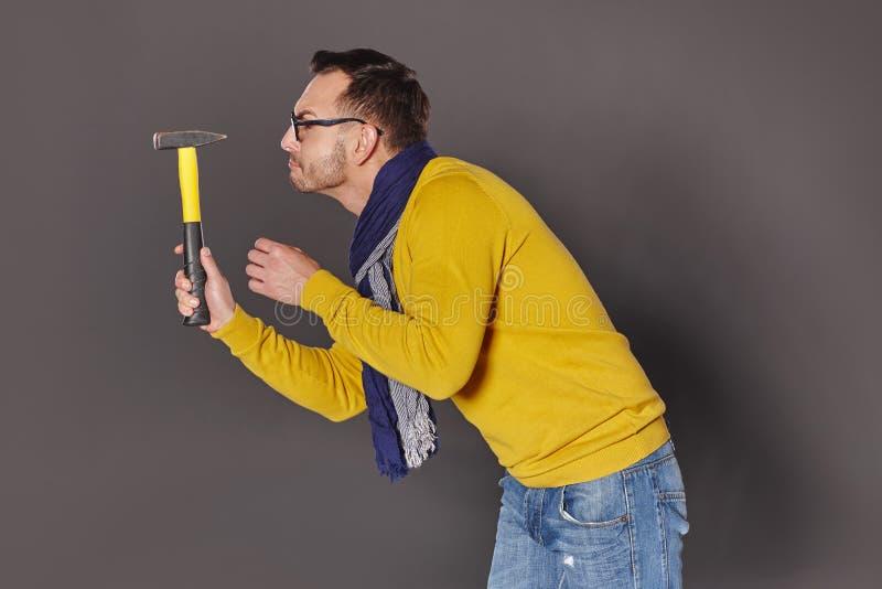 Hombre con el martillo fotos de archivo