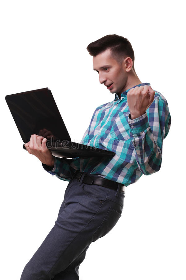 Hombre con el micrófono que sostiene el ordenador portátil en el fondo blanco fotografía de archivo