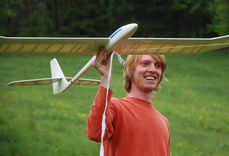 Hombre con el modelo de los aviones fotografía de archivo libre de regalías