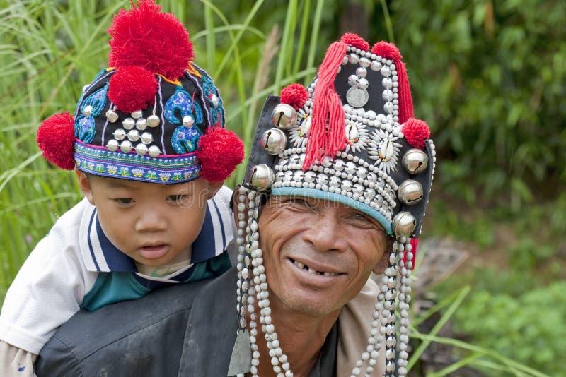 Hombre con el niño en Asia, Akha fotos de archivo