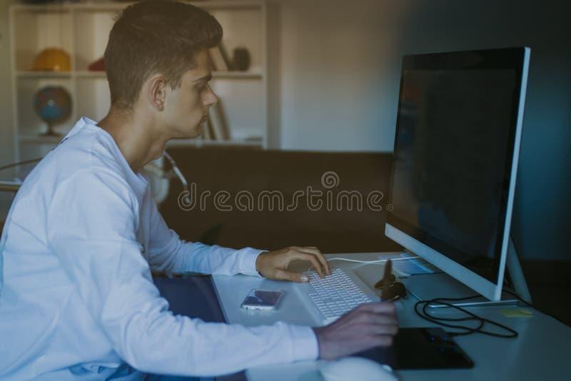 Hombre con el ordenador fotos de archivo