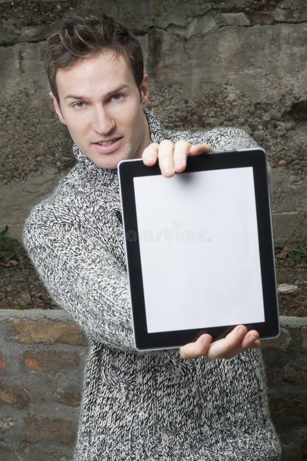 Hombre con el ordenador de la tablilla fotos de archivo