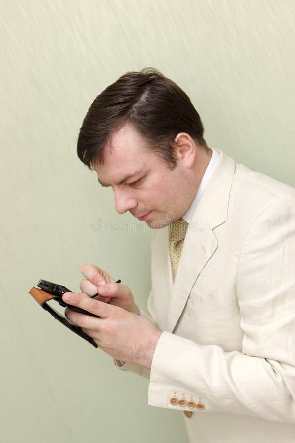 Hombre con el ordenador del bolsillo foto de archivo libre de regalías