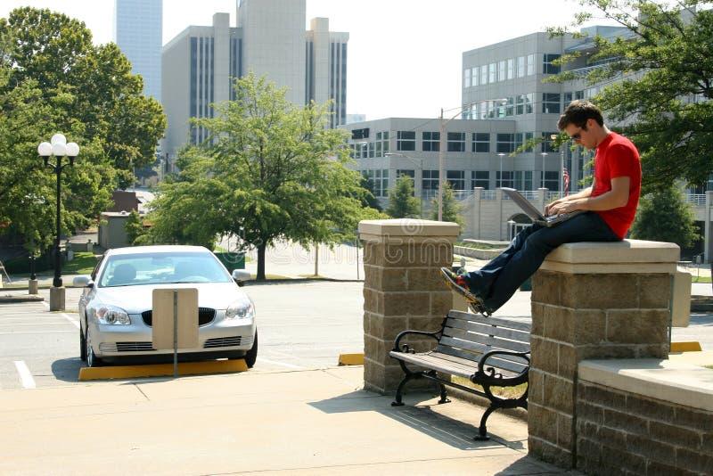Download Hombre Con El Ordenador En La Pared Imagen de archivo - Imagen de rascacielos, jeans: 1287817