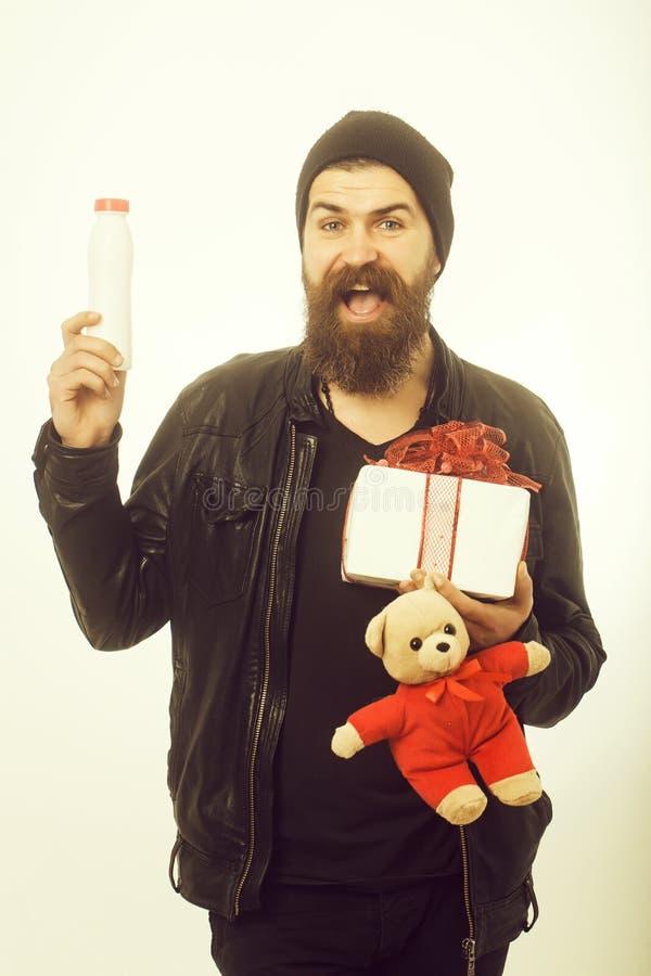 Hombre con el oso y la botella largos del control de la barba imagen de archivo