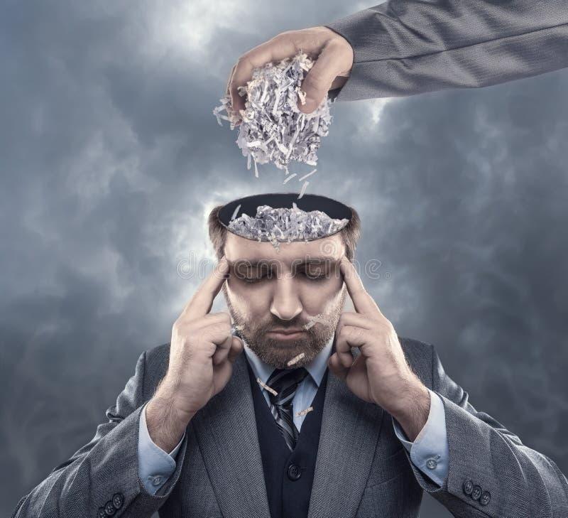 Hombre con el papel en su cerebro imágenes de archivo libres de regalías