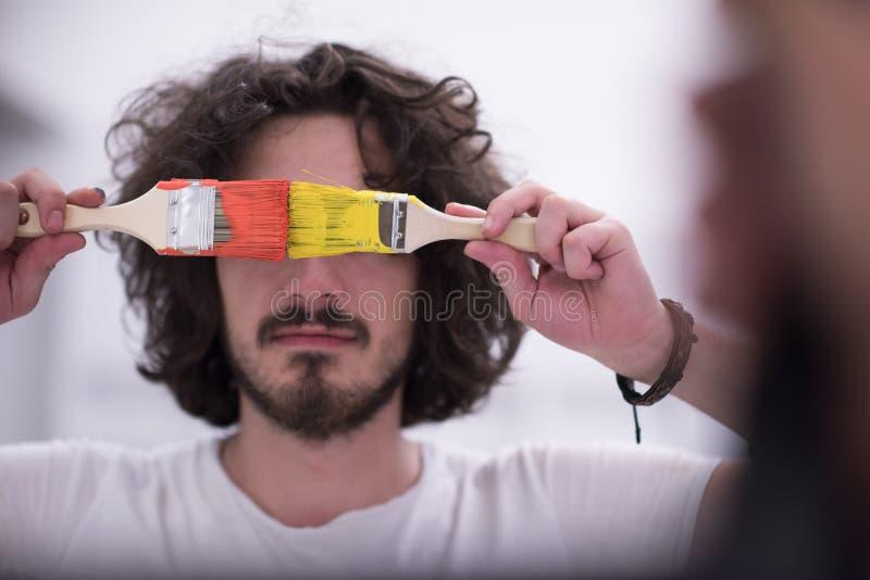 Hombre con el pelo divertido sobre fondo del color con el cepillo fotos de archivo libres de regalías
