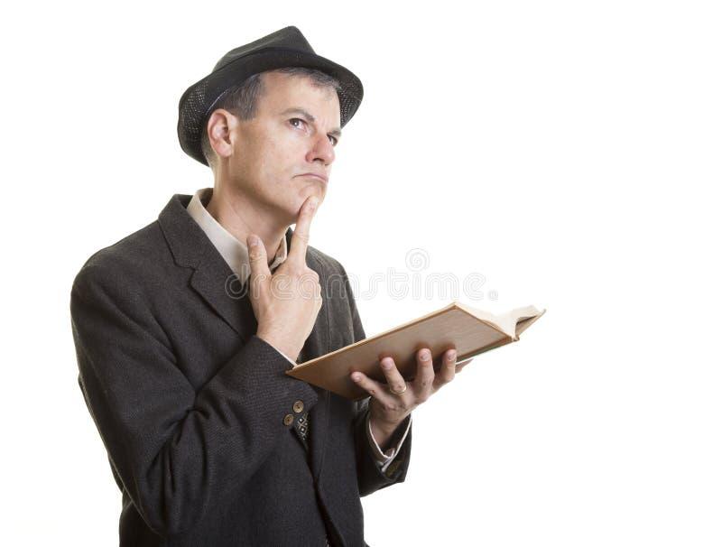 Hombre con el pensamiento del libro fotografía de archivo