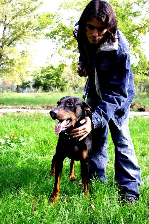 Hombre con el perro imágenes de archivo libres de regalías