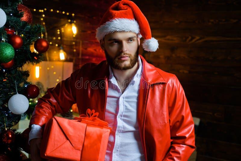 Hombre con el rect?ngulo de regalo de la Navidad Hombre hermoso Vacaciones de invierno y Navidad Individuo del A?o Nuevo en el ?r fotografía de archivo
