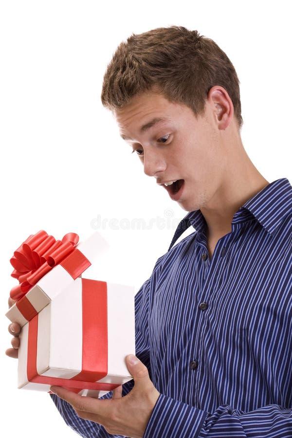 Hombre con el regalo imagenes de archivo