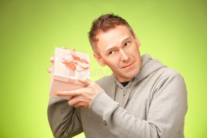 Hombre con el regalo imágenes de archivo libres de regalías
