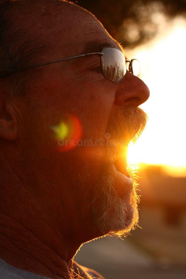 Hombre con el sol que sale de la boca foto de archivo