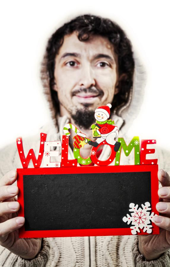 Hombre con el tablero negro de la capilla y de la Navidad foto de archivo
