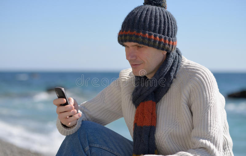 Hombre con el teléfono en una playa imágenes de archivo libres de regalías