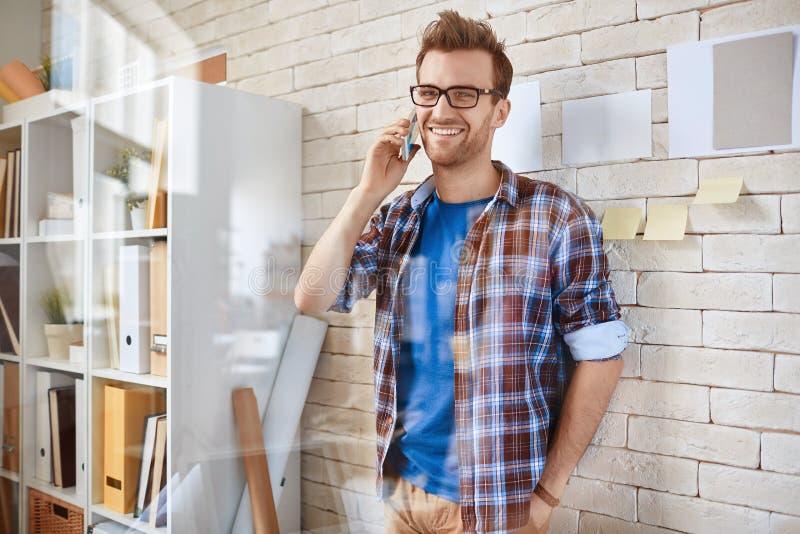 Hombre con el teléfono móvil fotografía de archivo libre de regalías