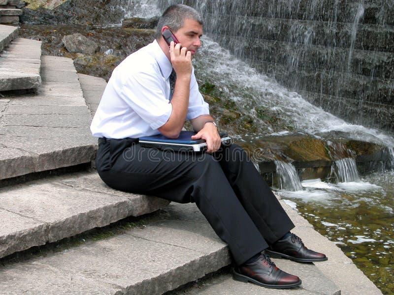 Hombre Con El Teléfono Y El Ordenador Fotografía de archivo libre de regalías