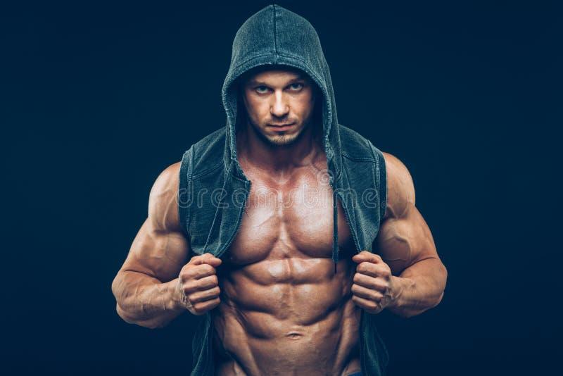 Hombre con el torso muscular Hombres atléticos fuertes fotografía de archivo libre de regalías