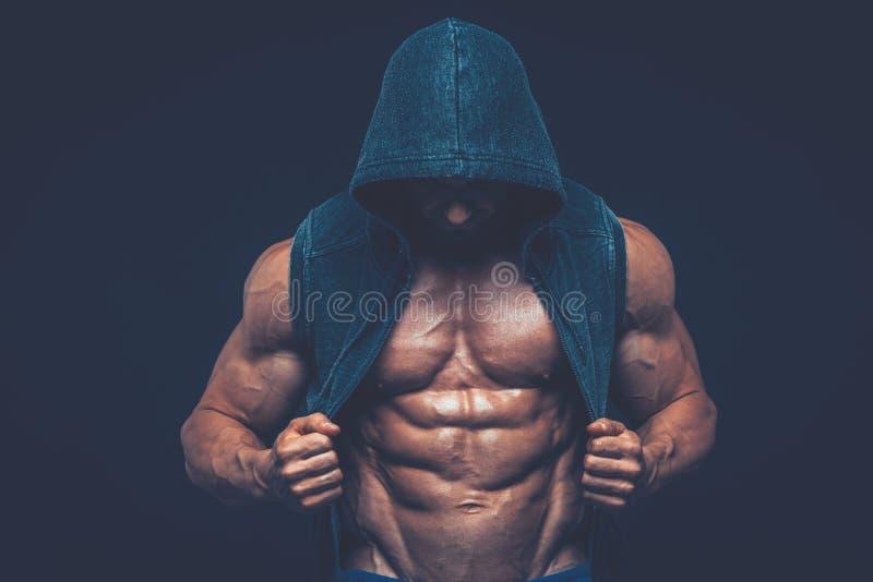 Hombre con el torso muscular Modelo atlético fuerte de la aptitud de los hombres fotografía de archivo libre de regalías
