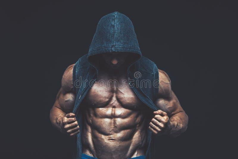 Hombre con el torso muscular Modelo atlético fuerte Torso de la aptitud de los hombres imagen de archivo libre de regalías