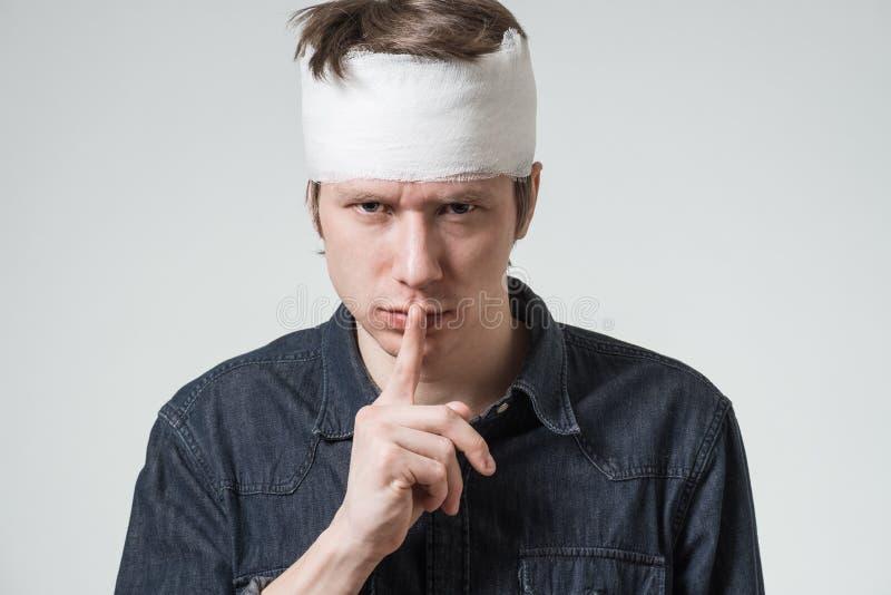 Hombre con el vendaje en su cabeza foto de archivo libre de regalías