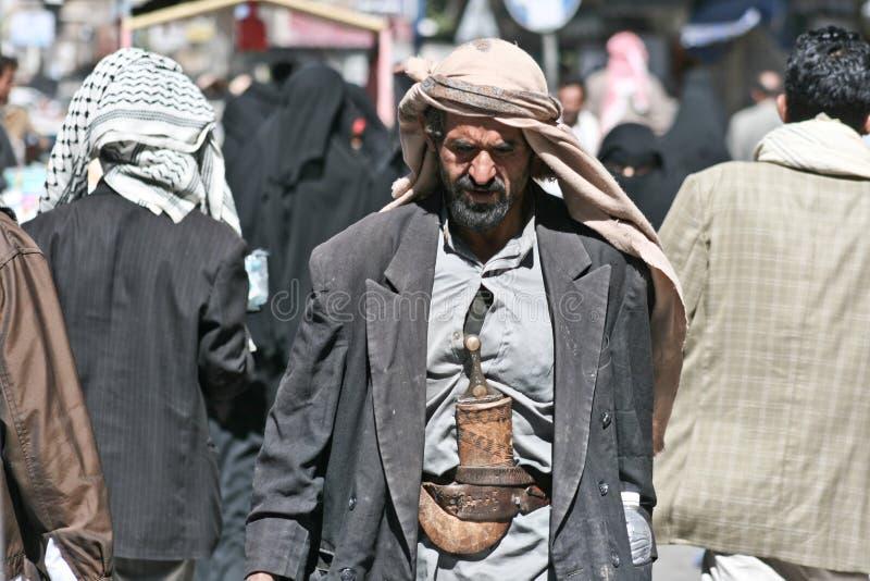 Hombre con janbiya en la ciudad vieja de Sanaa (Yemen). imagen de archivo