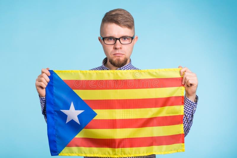 Hombre con la bandera de la favorable-independencia Referéndum para la separación de Cataluña del concepto de España fotografía de archivo libre de regalías