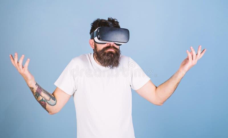 Hombre con la barba del inconformista en postura del idk aislada en fondo azul Desarrollador de software barbudo desorientado sob imagen de archivo