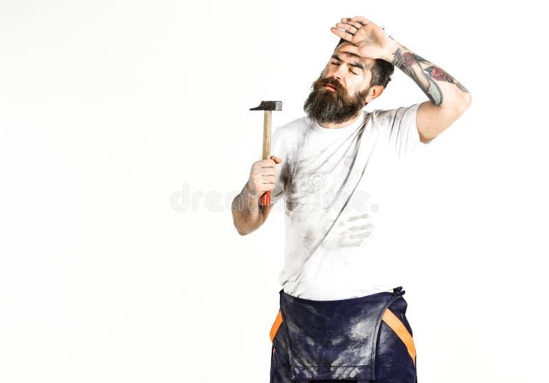 Hombre con la barba en camisa polvorienta sucia Constructor, yesero, reparador, imagen de archivo