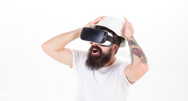 Hombre con la barba larga en los vidrios de VR que tienen experiencia espantosa, concepto de la realidad virtual Constructor brut imagen de archivo