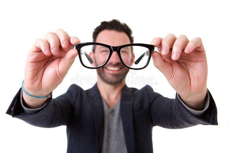 Hombre con la barba que detiene los vidrios foto de archivo libre de regalías