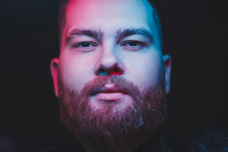 Hombre con la barba que mira la c?mara foto de archivo libre de regalías